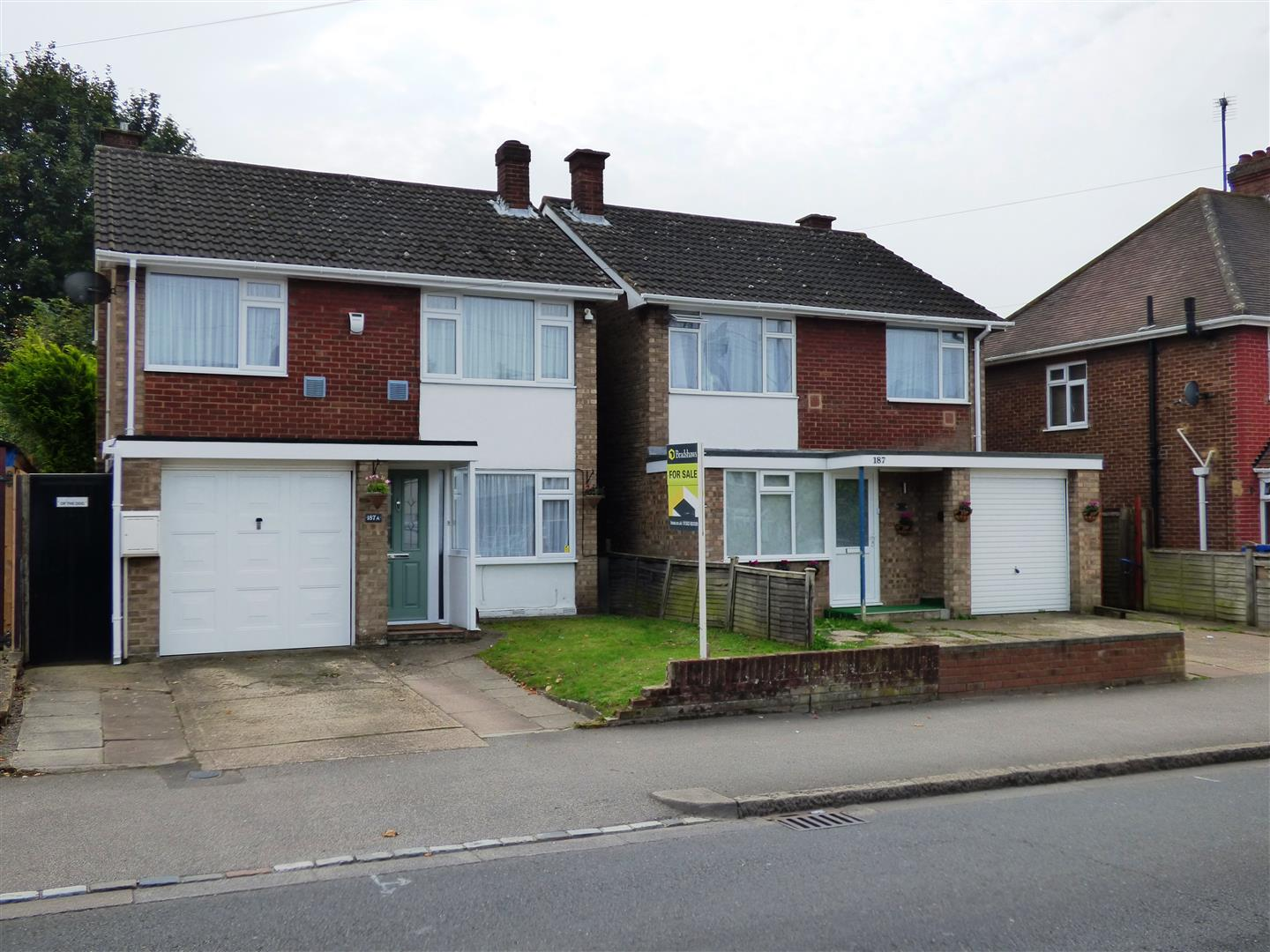 3 Bedrooms Detached House for sale in Luton Road, Dunstable